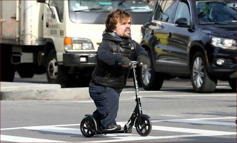 Tyrion en patinete