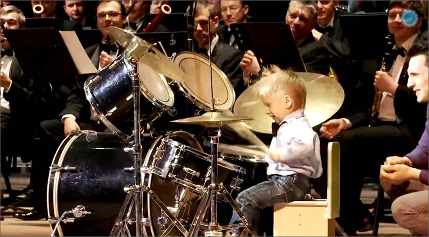 batería tocando con la orquesta