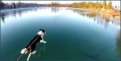 Caminar sobre hielo cristalino en un lago congelado