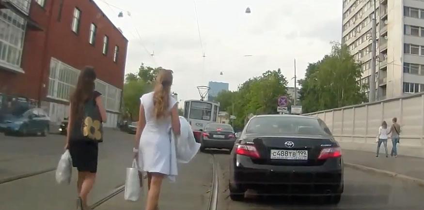 Compilación de mujeres rusas cruzando la carretera