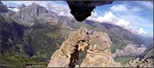 Salto extremo atravesando una montaña
