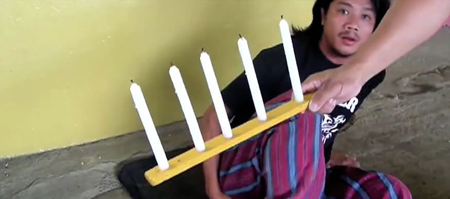 Apagando 5 velas con pedos