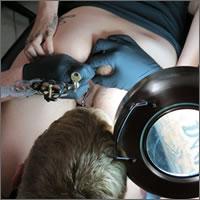 tatuándose el ojete