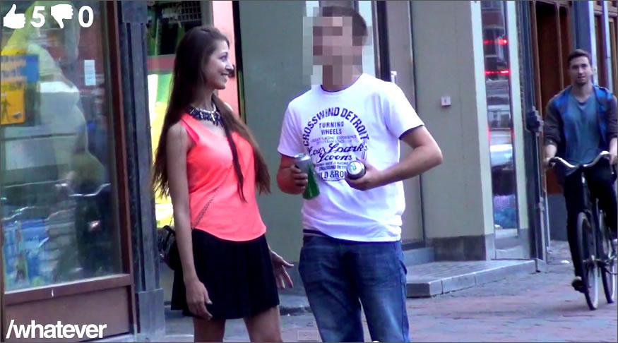 Mujer preguntando a desconocidos si quieren sexo