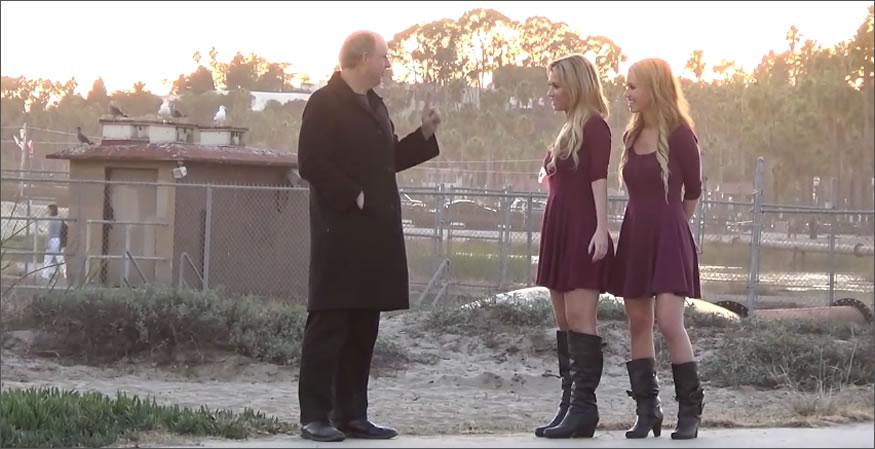 Dos gemelas proponiendo hacer un trio
