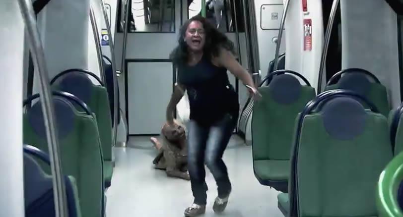 broma de cámara oculta de zombis en el metro