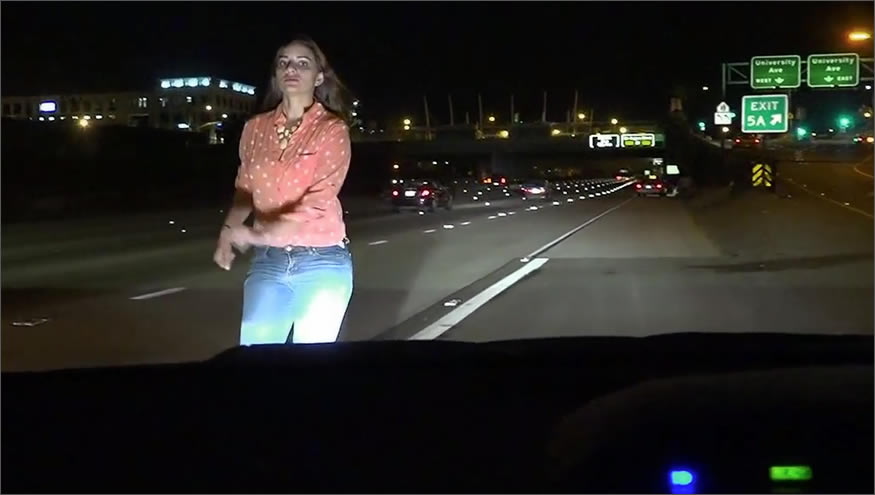 Detiene su coche en medio de la autopista