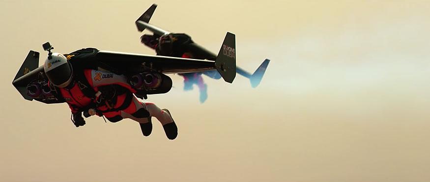 Jetman sobrevolando Dubai