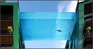 Piscina transparente entre edificios