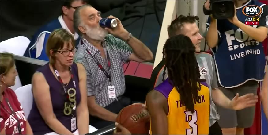 tira cerveza sobre un jugador